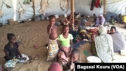 Des refugiés sous une tente qui sert de logement dans le camp de Dar Es Salam à Baga-Sola (ouest du Tchad) (VOA/Bagassi Koura)