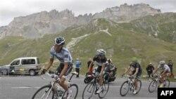 Các vận động viên tranh tài trong cuộc đua xe đạp Tour de France, 22/7/2011