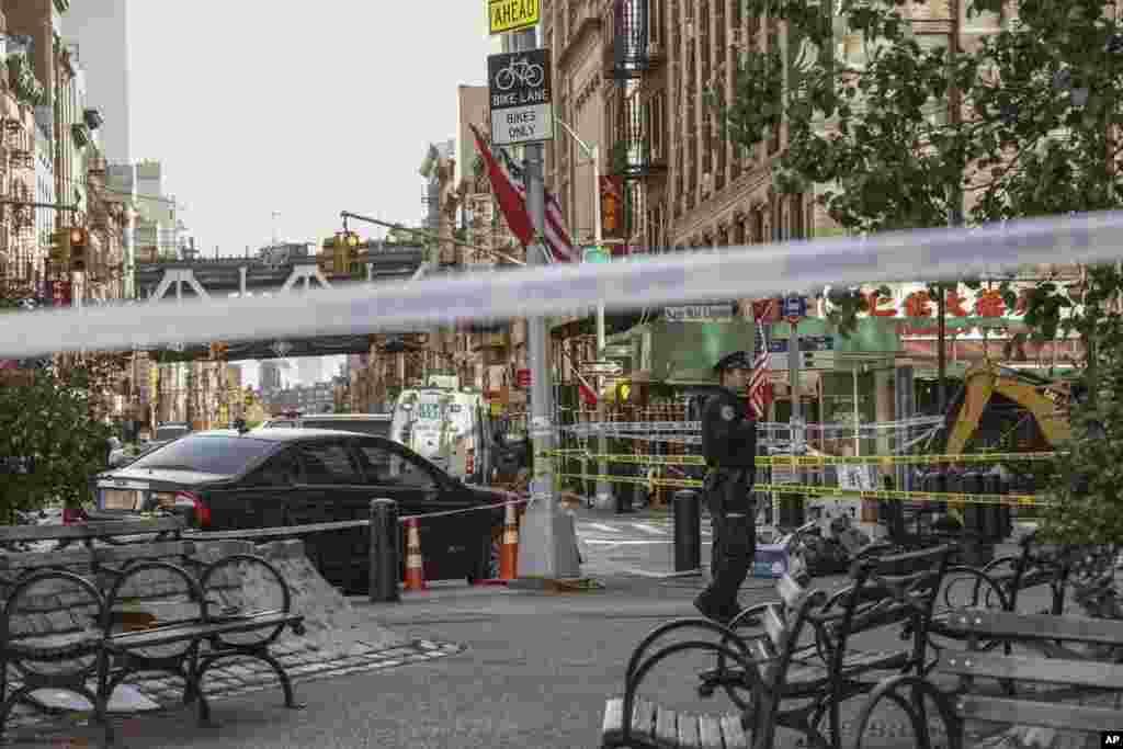 تحقیقات پلیس نیویورک از صحنه قتل چهار بیخانمان در محله چینیها. این افراد در اولین ساعات روز شنبه مورد حمله قرار گرفتند.