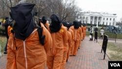 Para demonstran mengenakan pakaian tahanan saat berdemonstrasi di depan Gedung Putih, 11 Januari 2011, bertepatan 9 tahun peringatan pembukaan penjara Guantanamo.