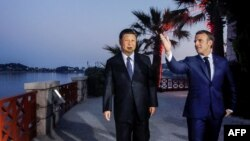 에마뉘엘 마크롱 프랑스 대통령과 시진핑 중국 국가주석이 24 남부 니스 근교의 해안 마을인 '보로쉬르메르'에서 만찬 하기 전 도보 산책을 하고 있다.