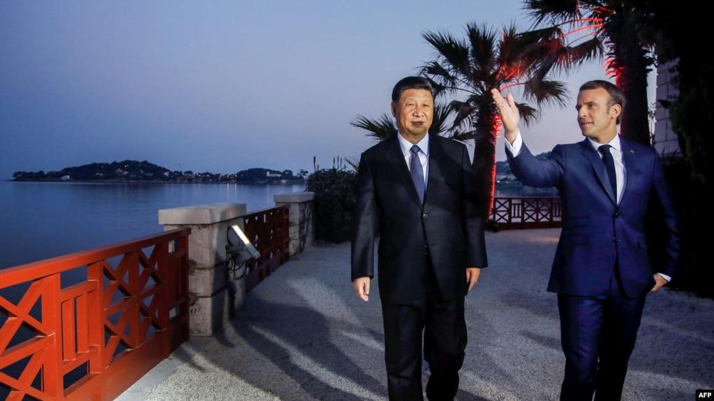 2019年3月24日在法国尼斯附近的地中海度假小镇滨海博利厄举行的晚宴之前,法国总统马克龙和中国国家主席习近平参观