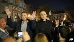 Alexei Navalny (kiri) blogger oposisi terkemuka, dan pemimpin oposisi Sergei Udaltsov memberikan pidato dalam aksi unjuk rasa anti-Putin di Moskow (8/5).