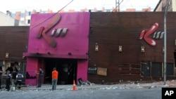 "Polisi menginspeksi pintu masuk kelab malam ""Kiss"" di kota Santa Maria, wilayah Rio Grande do Sul, Brazil pasca insiden kebakaran yang menewaskan 235 orang, 27 Januari 2013 yang lalu. (AP Photo/Nabor Goulart)."