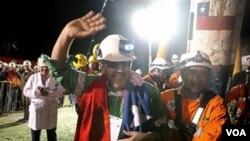 Para buruh tambang di Chili sesaat setelah berhasil dibebaskan, setelah terperangkap berbulan-bulan (foto: 15 Oktober 2010).