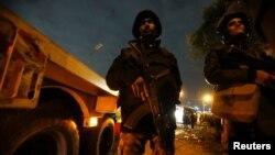Policija obezbeđuje mesto napada na autobus u Gizi, Egipat, 28. decembra 2018.