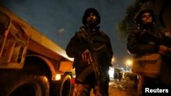 Cảnh sát chống bạo động giữ an ninh tại hiện trường vụ đánh bom xe buýt du lịch ở Giza, Ai Cập, ngày 28 tháng 12, 2018.