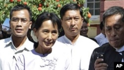 Aung San Suu Kyi leaves Burma's High Court with members of her National League for Democracy in Rangoon, 16 Nov 2010