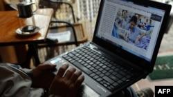 Một người đàn ông đang 'lướt web' bằng wifi tại một quán cà phê ở Hà Nội.