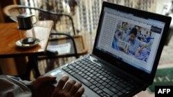 Người dân đọc tin tức hàng ngày trên mạng tại một quán cà phê Internet ở Hà Nội.