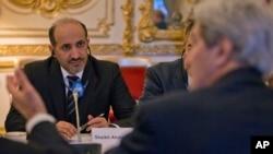 叙利亚全国联盟负责人(左)2014年1月14日在法国巴黎跟克里国务卿(右)会晤。