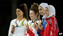 علیزاده در کنار سایر رقبایی که مدال کسب کردند.