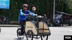 Becak listrik yang dikembangkan oleh UGM Yogyakarta (Foto: VOA/Nurhadi)