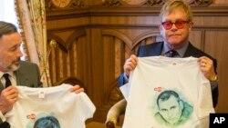 Элтон Джон держит майку с изображением Олега Сенцова