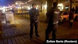 Après la découverte d'un engin explosif, la police a évacué un marché de Noël et ses environs à Potsdam, près de Berlin, en Allemagne, le 1er décembre 2017.