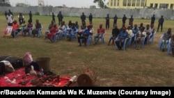 Des adeptes de Bundu dia Kongo présentés aux autorités comme auteurs présumés des violences qui ont secoué Kinshasa et le Kongo central, au siège de la police nationale congolaise, dans la capitale de la RDC, 9 août 2017. (Twitter/Baudouin Kamanda Wa K. )