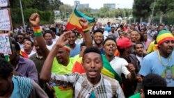 Wafuasi wa waziri mkuu wa Ethiopia, Abiy Ahmed, wamshangilia muda mfupi kabla ya mlipuko uliotokea wakati wa mkutano wa kisisasa mjini Addis Ababa. Juni 23, 2018.