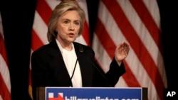 Kandidat calon presiden Hillary Clinton berbicara dalam sebuah acara kampanye di New York, Senin (13/7).