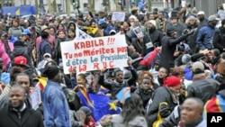 Waunga mkono upinzani wa Congo wakibeba mabango ya kumshutumu rais Kabila wakati wa maandamano wakisema uchaguzi ulijaa wizi wa kura.
