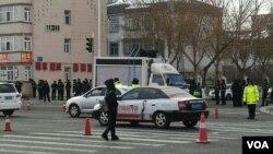 2017年2月16日,大庆警察封锁路口,防止人群聚集。