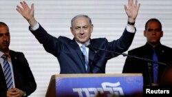 PM Israel Benjamin Netanyahu melambaikan tangannya kepada para pendukungnya di kantor pusat partai Likud di Tel Aviv, 18 Maret 2015 (Foto: REUTERS/Amir Cohen)