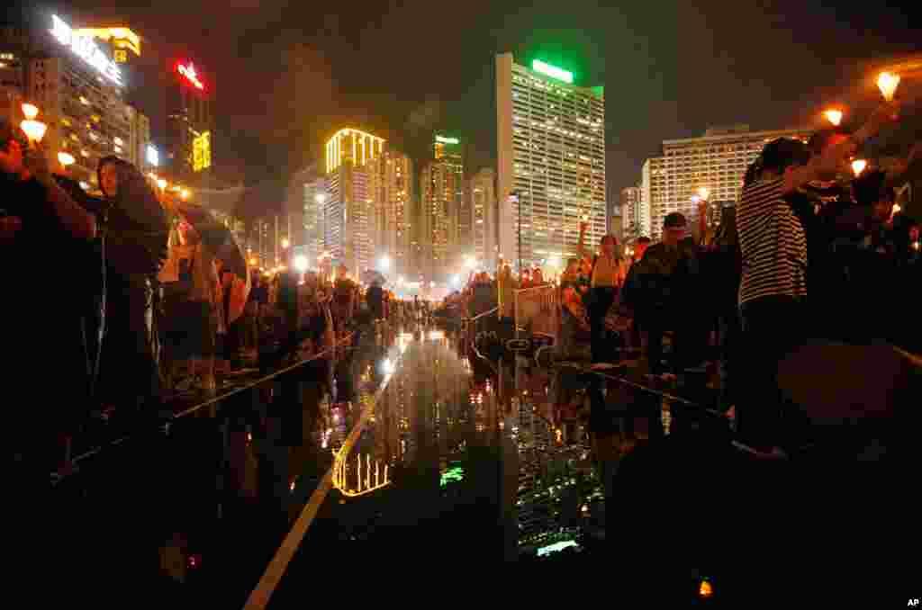 4일 홍콩 빅토리아 공원에서 열린 중국 텐안먼 사태 24주년 추모 촛불시위.