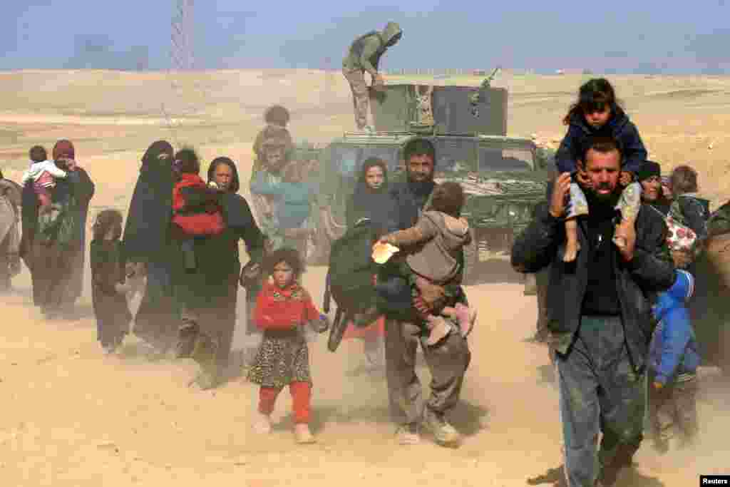 Displaced Iraqis flee their homes as Iraqi forces battle with Islamic State militants, in western Mosul.