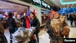 Binh sĩ Pháp tuần tra trung tâm mua sắm Part-Dieu ở Lyon.
