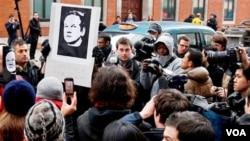 Un gran número de simpatizantes de Julian Assange, piden su liberación a las afueras de la cárcel en donde se encuentra, en Londres.