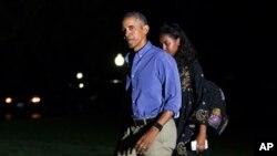 바락 오바마 미국 대통령이 가족과 함께 매사추세츠주 마서스 비니어드에서 16일 간의 휴가를 마치고 21일 백악관에 복귀했다. 딸 샤사가 아버지의 뒤를 따라 걷고 있다.