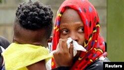 Para kerabat yang berduka setelah mengetahui orang terkasih terbunuh dalam serangan di sebuah kompleks perhotelan mewah di Nairobi, Kenya, 16 Januari 2019.