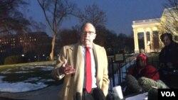 白宮首席經濟顧問,國家經濟委員會主席庫德洛1月18號在白宮外接受傳媒訪問。(美國之音黃耀毅拍攝)