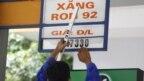 Nhân viên đang đổi bảng giá tại một cây xăng.