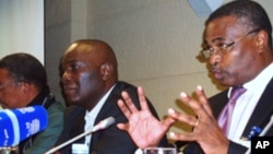Um dos momentos da conferência hoje aberta. Ao centro Elias Isaac director da organização promotora do evento. Mais à direita Abel Chivukuvuku, prelector convidado.