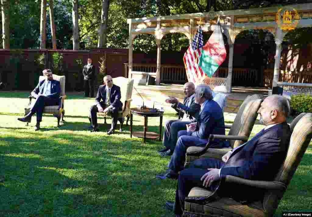 جمهور رئیس محمد اشرف غني په واشنګټن کې د افغانستان په سفارت کې د پخوانیو امریکایي پوځیانو سره وکتل.