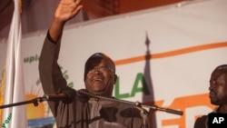 布基纳法索当选总统卡博热(中)。