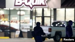 2016年7月17日路易斯安那州执法人员在警察被枪杀地警戒。