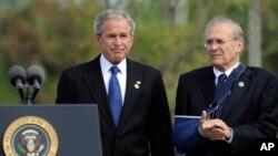 Donald Rumsfeld me Presidentin George W. Bush