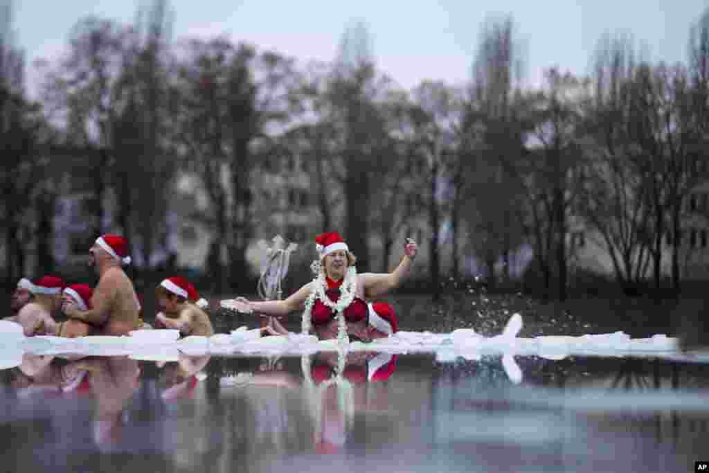 25일 독일 베를린의 오란크 호수에서 성탄절 겨울 수영 대회에 참가한 주민들.