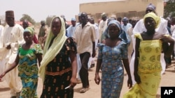Empat orang siswa perempuan yang diculik di Chibok, kembali berkumpul dengan keluarganya (21/4). Para orang tua murid mengatakan sejumlah 234 anak perempuan masih belum ditemukan, jumlah yang lebih banyak dibandingkan angka yang diumumkan oleh pemerintah setempat.