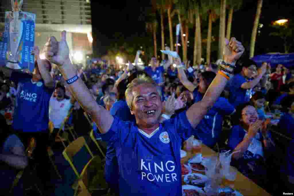 អ្នកគាំទ្រក្រុម Leicester City សាទរបន្ទាប់ពីក្រុមនេះឈ្នះក្រុម Manchester United នៅពេលមើលការប្រកួតនេះនៅលើផ្ទាំងដ៏ធំមួយនៅក្នុងក្រុងបាងកក ប្រទេសថៃ។