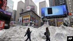 紐約時報廣場在1月27日堆積的大雪﹐現在又要面臨另一場大雪