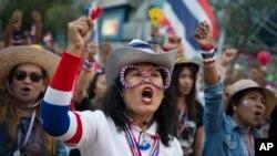16일 태국 수도 방콕에서 나흘째 대규모 반정부 시위가 계속된 가운데, 시위대가 잉락 친나왓 총리의 자진 사퇴를 요구했다.