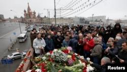 Recueillement sur le lieu du meurtre de Boris Nemtsov, Moscou, 28 février 2015.