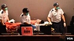 民主派的新同盟范國威混亂中墮地受傷,由救護人員送院治理。(美國之音特約記者 湯惠芸拍攝 )