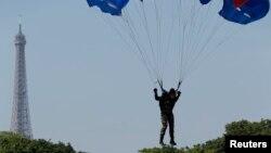 Un parachutiste français a sauté lors de la célébration de la journée de la Bastille, Paris, France, 14 juillet 2013.
