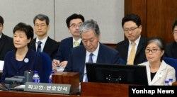 박근혜(왼쪽) 전 대통령과 '비선실세' 최순실(오른쪽)씨가 지난 5월 23일 서울중앙지법 417호 법정에 나란히 앉아 재판 시작을 기다리는 모습. 가운데는 최씨 변호인 이경재 변호사. (자료사진)