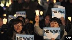 Dân Nam Triều Tiên tại một buổi thắp nến cầu nguyện cho hòa bình trên bán đảo Triều Tiên