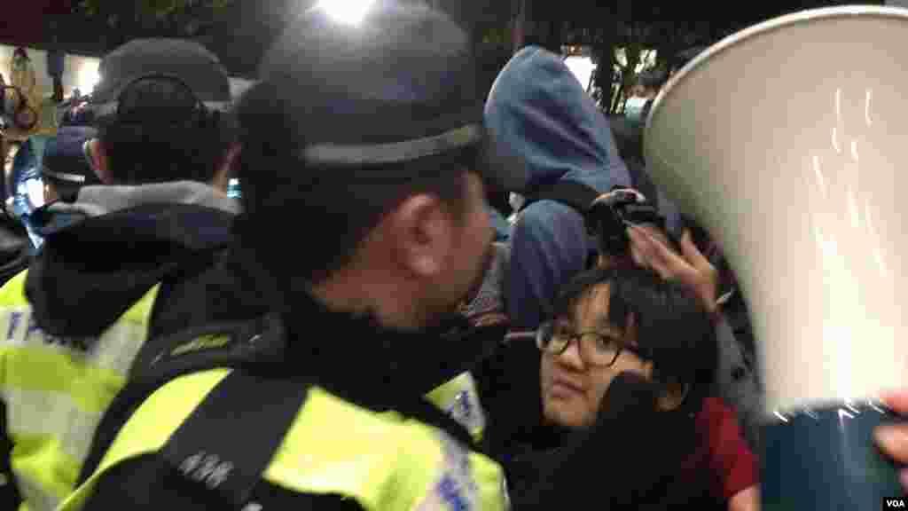 香港警方以有人報案摔倒受傷需要調查為由進入校委會早前開會的港大校園,受到在場抗議的學生和市民的抗議和圍堵,現場一片要求警察離開校園的呼喊聲。