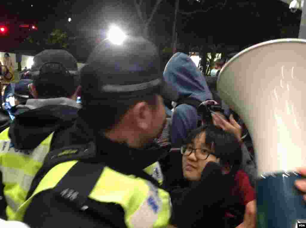 香港警方以有人报案摔倒受伤需要调查为由进入校委会早前开会的港大校园,受到在场抗议的学生和市民的抗议和围堵,现场一片要求警察离开校园的呼喊声